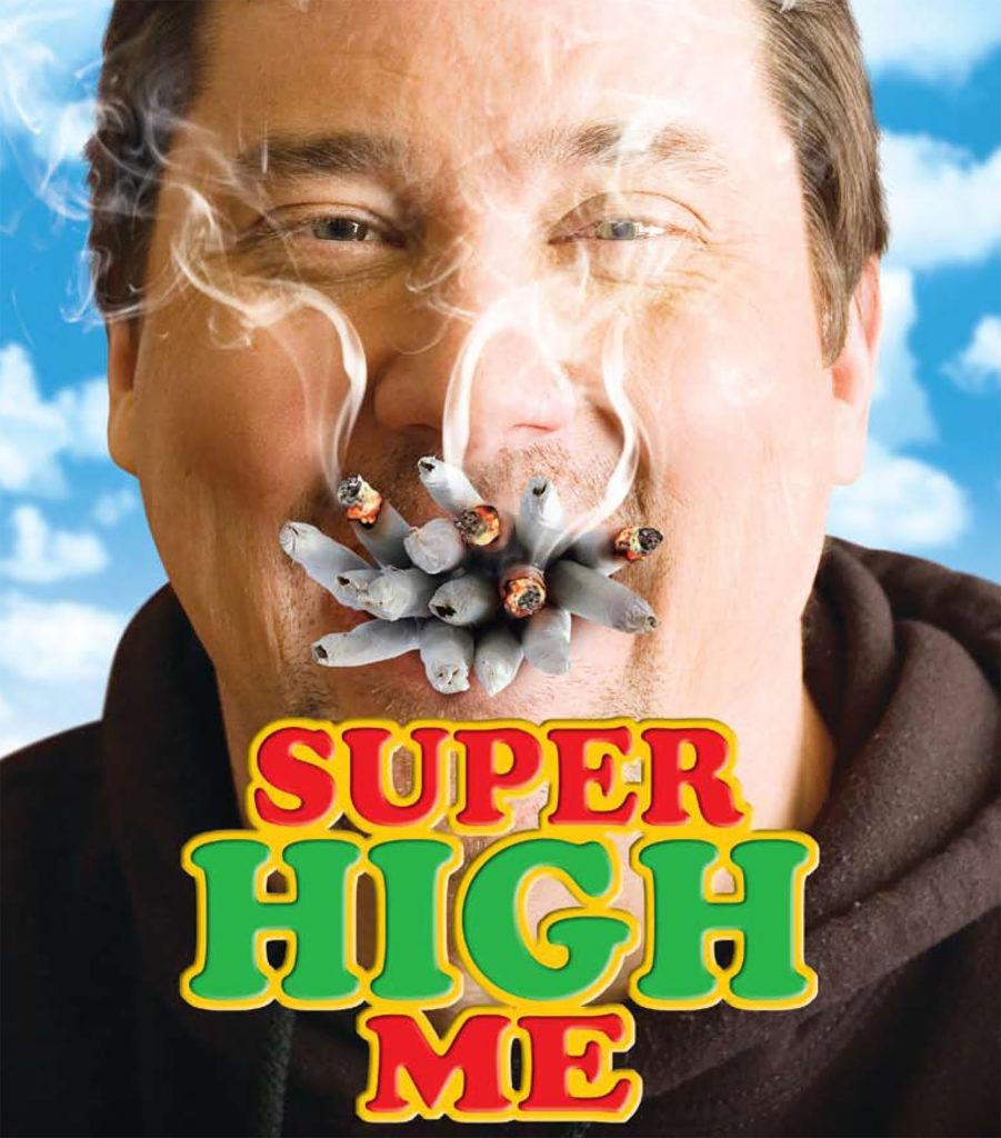 Póster de película que muestra un primer plano del cómico Doug Benson con más de una docena de porros en la boca. El título de la película SUPER HIGH ME está escrito debajo de su barbilla en letras rojas y verdes con un contorno amarillo. Detrás de él, hay un cielo azul lleno de nubes.