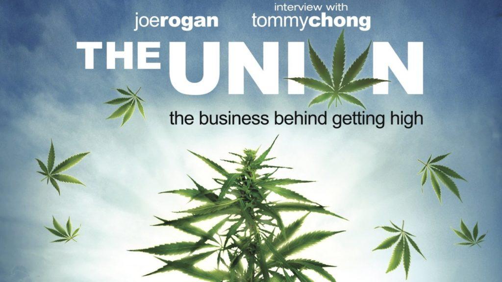 """Póster de película con una fotografía de una planta de cannabis iluminada por la luz solar desde atrás. Alrededor de ella, hay pétalos de hojas de cannabis flotando por el cielo azul cubierto de nubes. El título, escrito en grandes letras blancas, dice: The Union. La """"O"""" de Union está escrita con una hoja de cannabis. Por encima del título, se lee """"Joe Rogan"""" y """"interview with Tommy Chong""""."""