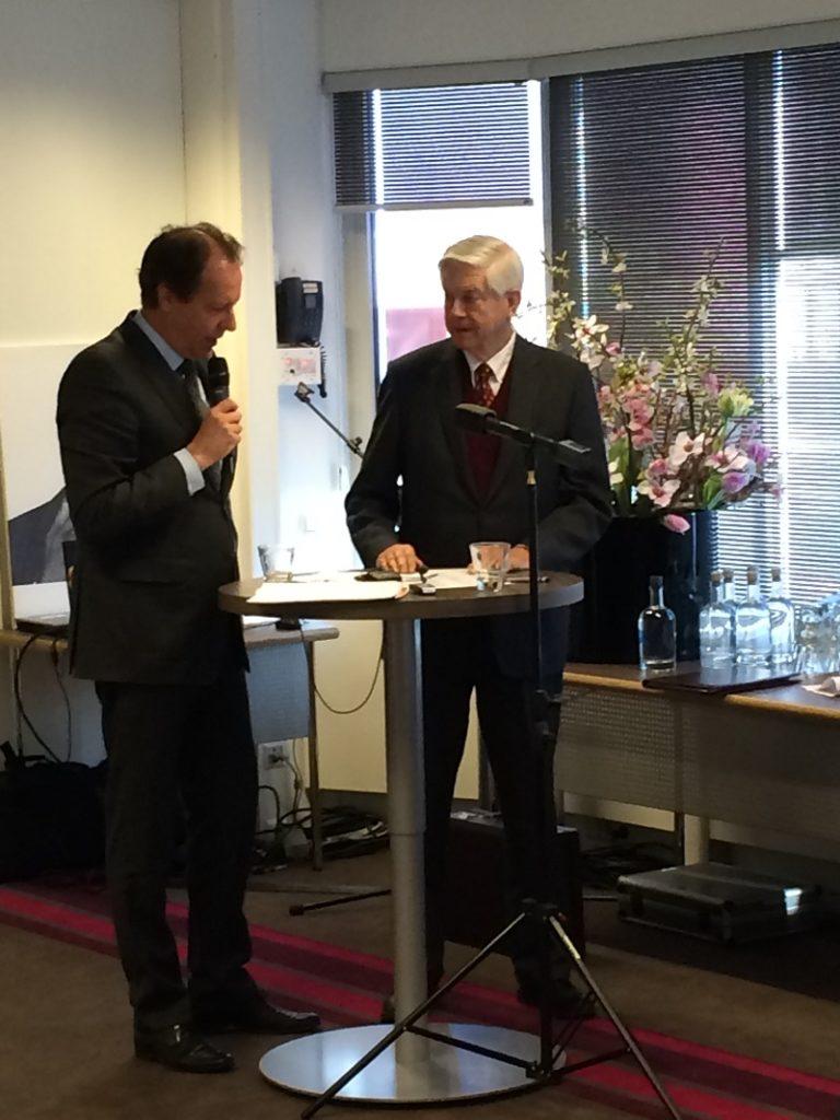 Rob van Gijzel (Maire d'Eindhoven) en pleine discussion avec M. Bolkenstein.