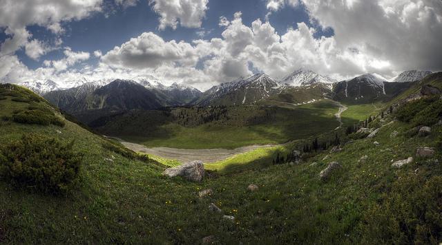 The rugged terrain of the Ten-Shian mountain range surrounding the Chuy Valley (© Mariusz Kluzniak)