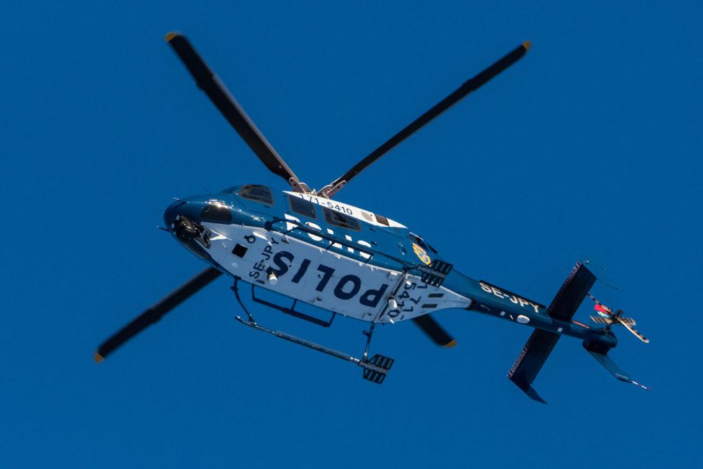 Helicóptero policial atemorizando tanto a personas como animales