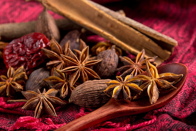 Kruiden als anijs, kaneel en knoflook kunnen aan de cannabiswortelbalsem of -thee worden toegevoegd voor een betere geur, smaak of medische werking (© Green678)