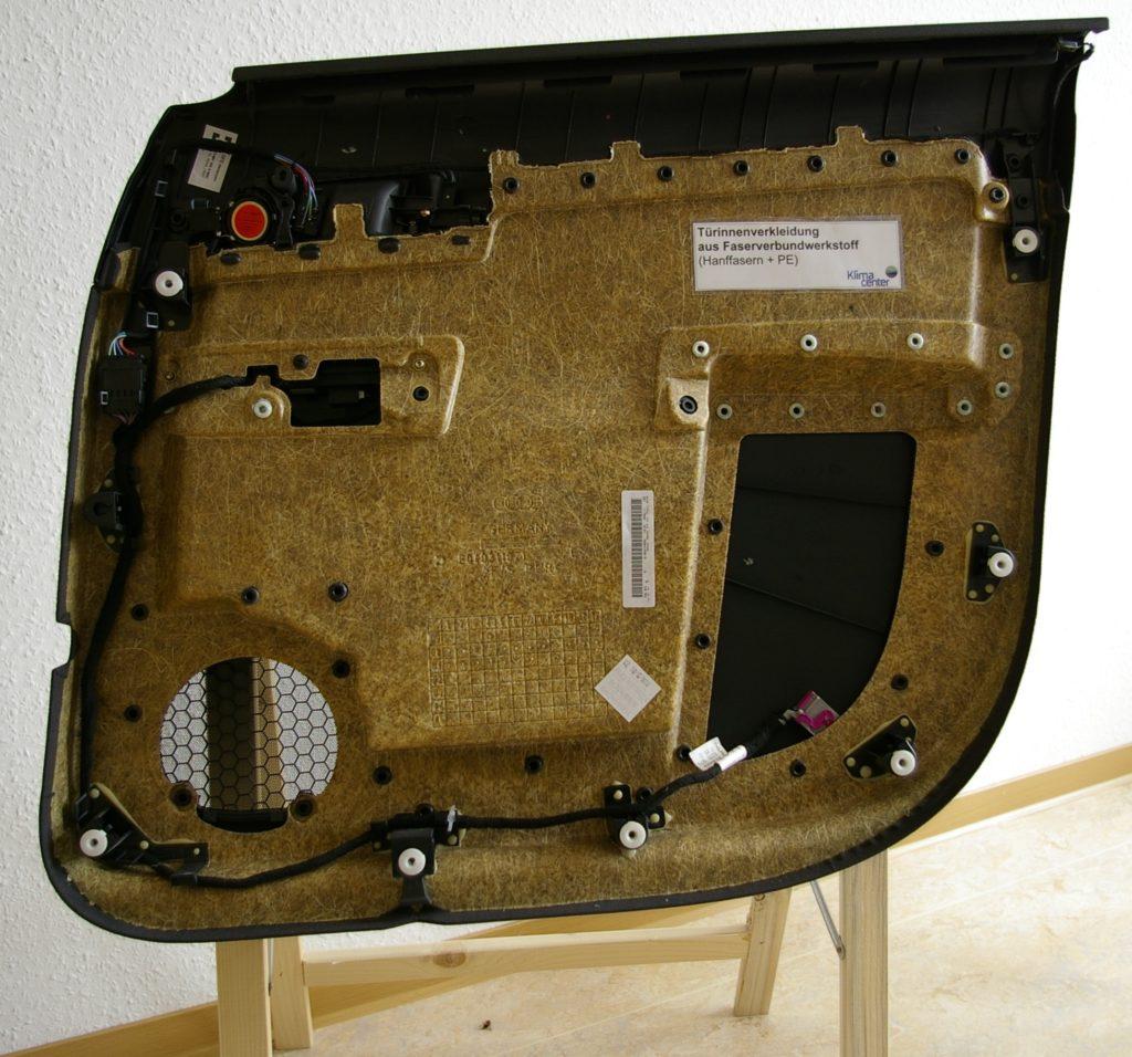 Kunststoff-Verbund mit Hanf ist sehr hart und zugfest und wird bei der Herstellung von Autos, Booten, Musikinstrumenten u. v. m. eingesetzt (© Wikmedia Commons)