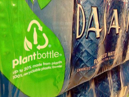 L'industrie des boissons rafraîchissantes a commencé à incorporer du bio-PET à ses bouteilles et s'est fixée pour objectif de commercialiser 100 % de bouteilles en bio-PET d'ici 2018 (© JeepersMedia)