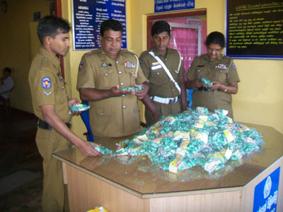 Sri Lankan police inspect confiscated package of madana modaka (© dinamina.lk)