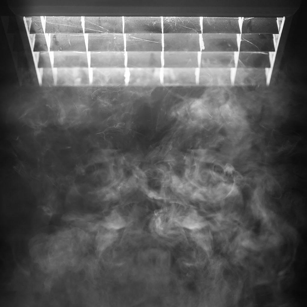 Además de compartir bongs, fumar cannabis en habitaciones y vehículos cerrados a cal y canto es un método social común que puede aumentar las tasas de transmisión de la tuberculosis