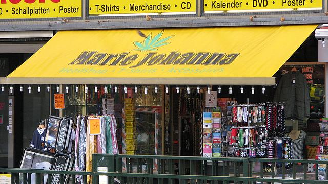 Headshops wie dieser verkaufen ein breites Sortiment an Zubehör, u. a. Pfeifen, Bongs und Zigarettenpapiere - Sensi Seeds Blog