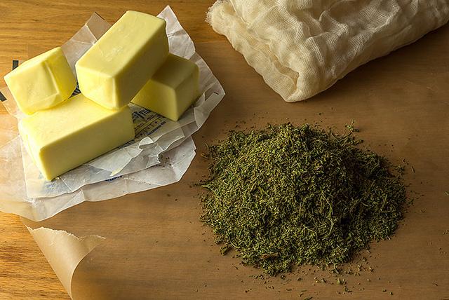 Al igual que con la mantequilla de marihuana, se añaden hojas secas a la grasa y se cuece suavemente a fuego lento (© Walt74)