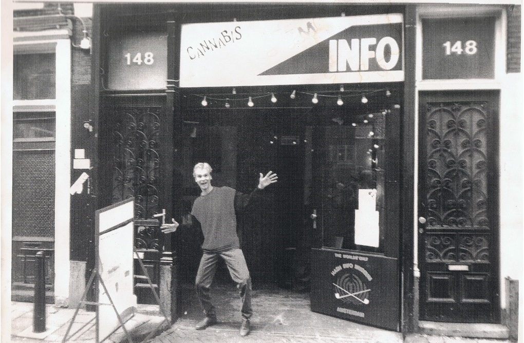 A young Alan Dronkers in front of the Hemp Info Museum (the current Hash, Marihuana & Hemp Museum) in 1996.