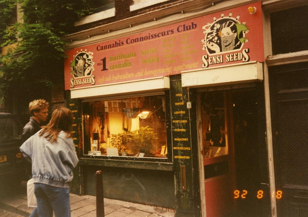 Een man en een vrouw die de buitenkant van de Sensi Connoissereurs-club kijkt