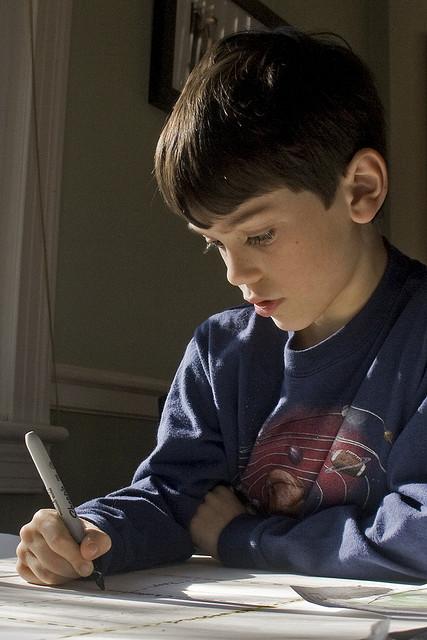 Los niños diagnosticados con TDAH presentan muchas dificultades para concentrarse en tareas tranquilas durante períodos prolongados (© WoodleyWonderworks)