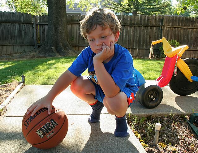 Los niños con TDAH pueden aburrirse fácilmente, y suelen entusiasmarse mucho con los juegos activos al aire libre (© John-Morgan)