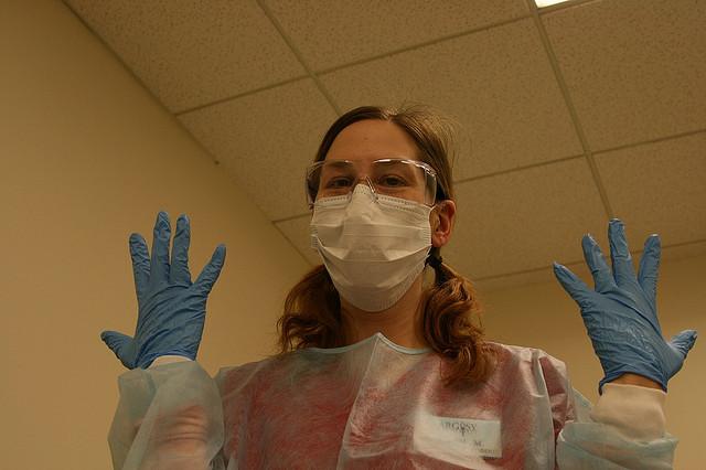 On peut prévenir les réactions en portant des vêtements à manches longues, des gants et des lunettes de protection
