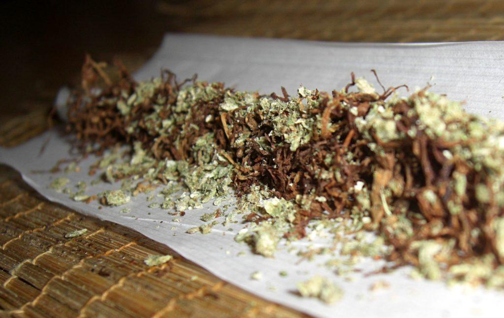 Depuis des siècles et à travers le monde, le tabac est mélangé au cannabis (© Wikimedia Commons)