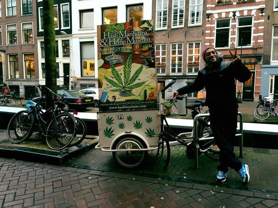 Demi Portion devant le Hash Marihuana & Hemp Museum