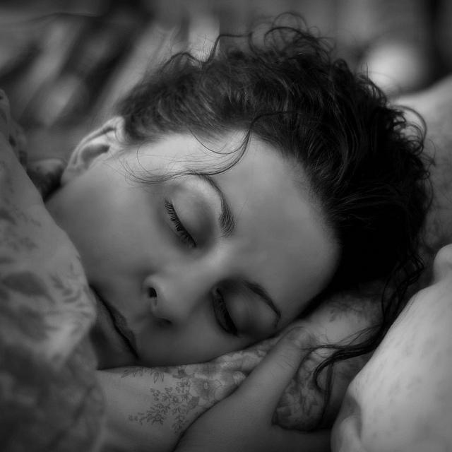 Die Epiphyse ist stark in die Steuerung des Schlafs und der Tagesrhythmen beim Menschen eingebunden (Fl??d)
