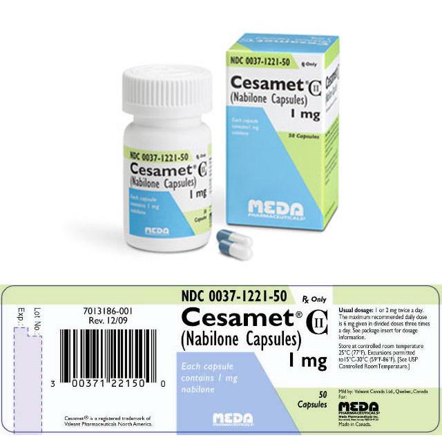"""Op de foto zien we een potje capsules (links) en de verpakking (rechts) van het geneesmiddel """"Cesamet"""", dat cannabinoïden (Nabilone) bevat met 1 mg werkzaam bestanddeel per capsule. Onderaan op de foto staat een verpakkingsetiket met daarop de inhoud en de doseringsinstructies, de barcode, de vervaldatum en de gegevens van de fabrikant."""