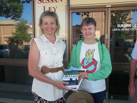 Links de Australische minister van Volksgezondheid, Sussan Ley, die heeft verklaard dat het recreatieve gebruik van cannabis illegaal blijft (CC. Lock the Gate Alliance)