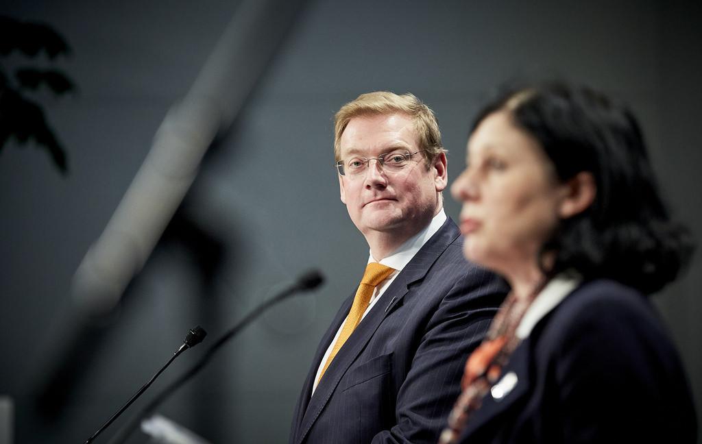 Ivo Opsteltens opvolger Ard van der Steur (l) houdt het paradoxale beleid in stand.