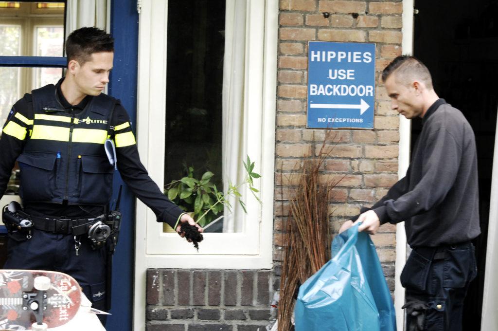 De politie neemt 7 kleine plantjes in beslag bij Derrick Bergman (Foto: Gonzo Media)