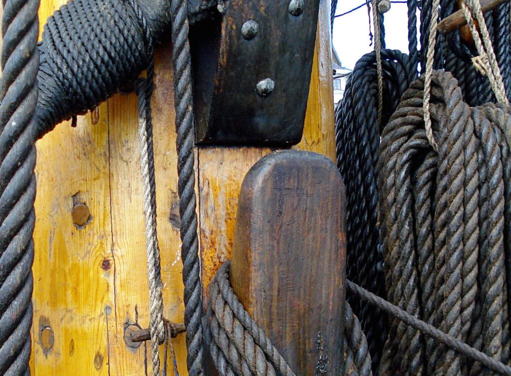 Verschillende soorten scheepswant gemaakt van geslagen en geteerde hennepvezels, zoals hier te zien in Helsinki (© Sirkku :))