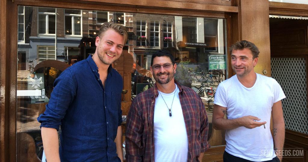 Dan Herer (Mitte) mit der Sensi Seeds Direktion, Che Dronkers und Ravi Spaarenberg.
