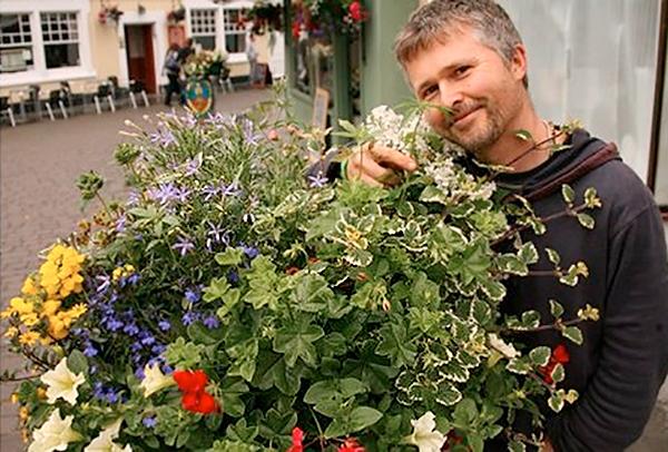 Free Rob Cannabis con un arreglo más reciente presentado a Glastonbury In Bloom, con cannabis que no había plantado el mismo