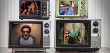 Vier Vintage-Fernsehgeräte, die auf einander gestapelt sind