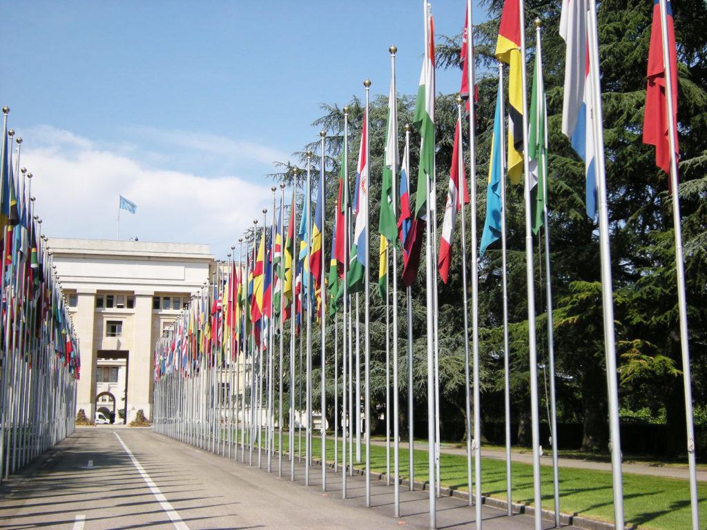 Een foto van de ingang van het Europese hoofdkantoor van de Verenigde Naties in Genève, Zwitserland