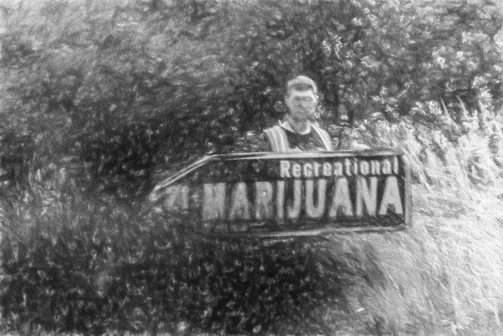 """Eine schwarz-weiße Kohlezeichnung eines Mannes hinter einem großen pfeilförmigen Schild mit der Aufschrift """"Recreational Marijuana"""""""