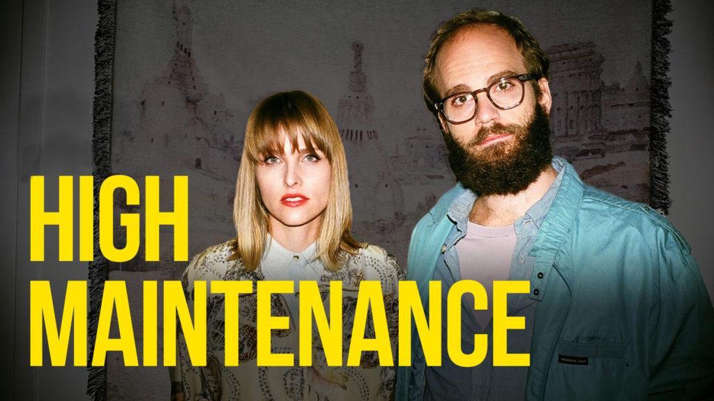 Een foto van Katja Blichfeld en Ben Sinclair, makers, schrijvers en regisseurs van de serie High Maintenance. Voor hen staat de tekst 'High Maintenance' in felgele hoofdletters.
