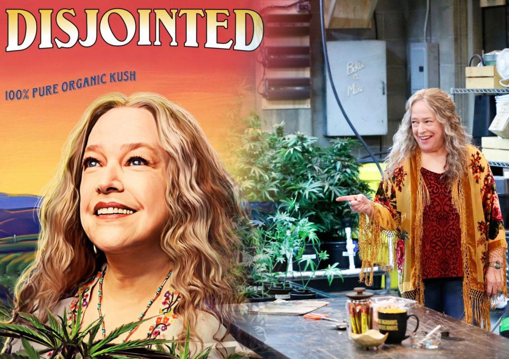 Een schilderij van actrice Kathy Bates in haar rol van Ruth in de serie 'Disjointed'. De bovenste bladeren van een cannabisplant zijn net zichtbaar onder haar gezicht. Boven haar de tekst 'Disjointed 100% Pure Organic Kush'. Het schilderij vloeit over in een foto van een lachende Kathy Bates in de rol van Ruth, in een ruimte met cannabisplanten in verschillende groeifasen.
