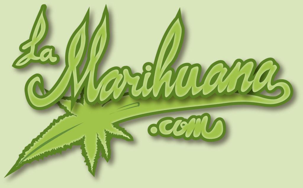 Een tekening van het logo van LaMarihuana.com. Dit is de naam van de website in een cursief lettertype, waarbij de 'a' overgaat in een onderstreping en eindigt als marihuanablad.