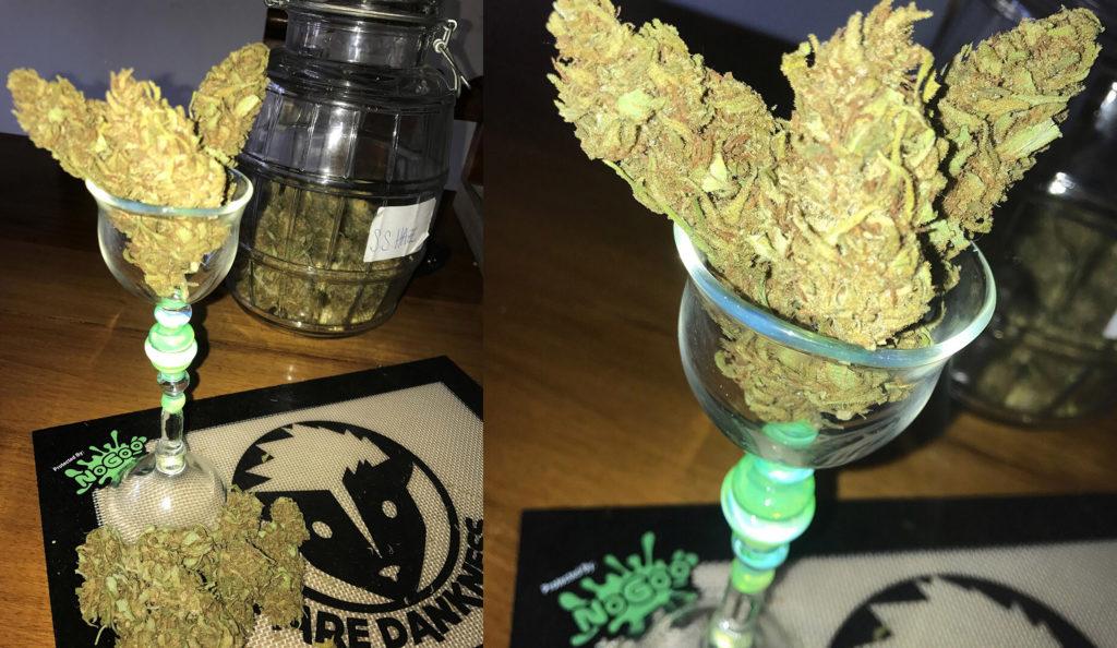 Zwei Fotos nebeneinander, die beide einen Glasbecher mit Cannabisblüten der Sorte Silver Haze zeigen. Im Foto links liegt der Fokus auf einem Einmachglas hinter dem Glasbecher, das zur Hälfte mit Cannabis gefüllt ist. Rechts eine Nahaufnahme der Cannabisblüten im Glas.