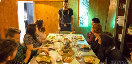 Die Leute saßen einen Tisch, der zum Abendessen angelegt wurde