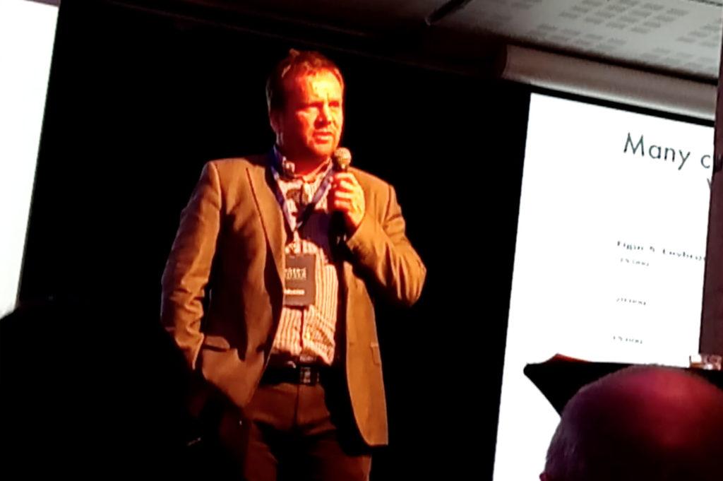 El agente de policía Bård Dyrdal, anunciando la presentación de LEAP Scandinavia en el escenario de la Nordic Reform Conference en Oslo