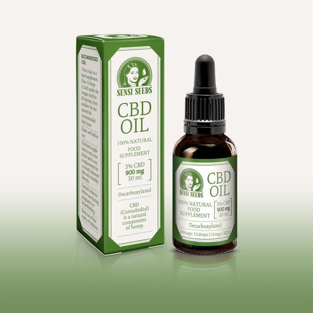 Productfoto van de CBD-olie van Sensi Seeds, met links de verpakking en rechts de fles. In grote letters staat 'CBD-olie', samen met het Sensi Seeds-logo. De gebruikte kleuren zijn hoofdzakelijk wit en groen. Links op de verpakking staat de dosering en het aanbevolen gebruik. Op de voorkant staat dat het om 30 ml van een 100% natuurlijk, gedecarboxyleerd voedingssupplement gaat. Het gemiddelde CBD-gehalte is 3%, in totaal 900 mg. Dezelfde informatie staat ook op de fles.