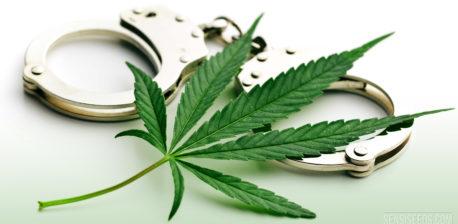 Una hoja de cannabis y un par de esposas.