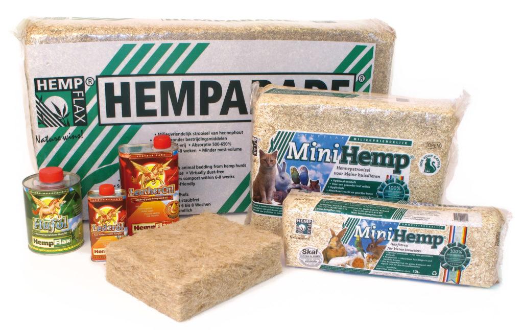 Een foto van een serie hennepproducten van hempflax, waaronder kattenbakvulling, konijnenhokbodembedekking en flesjes hennepolie. De meeste producten zijn verpakt in plastic met een fantasieafbeelding van dieren.
