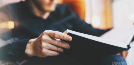 Fotografía borrosa de una persona que lee un libro indeterminado.