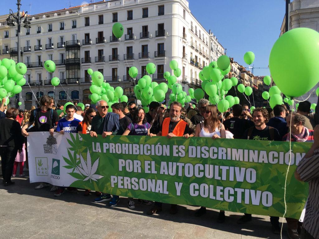 GROENE BALLONNEN EN EEN GOEDE SFEER TIJDENS DE 22e MONDIALE MARIHUANAMARS IN MADRID