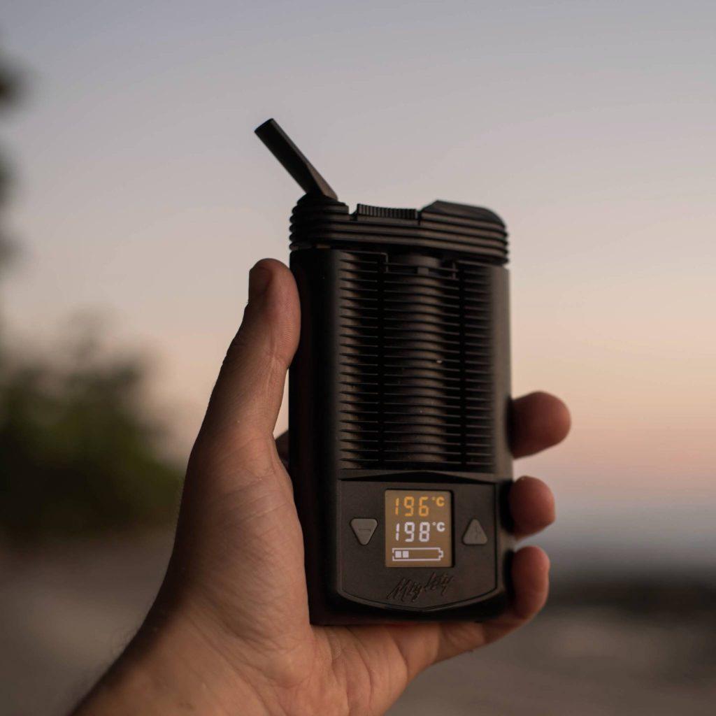 Foto van een hand die een verdamper voor de camera houdt. De temperatuur was op het moment dat de foto werd genomen 196°C, met een streeftemperatuur van 198°C.