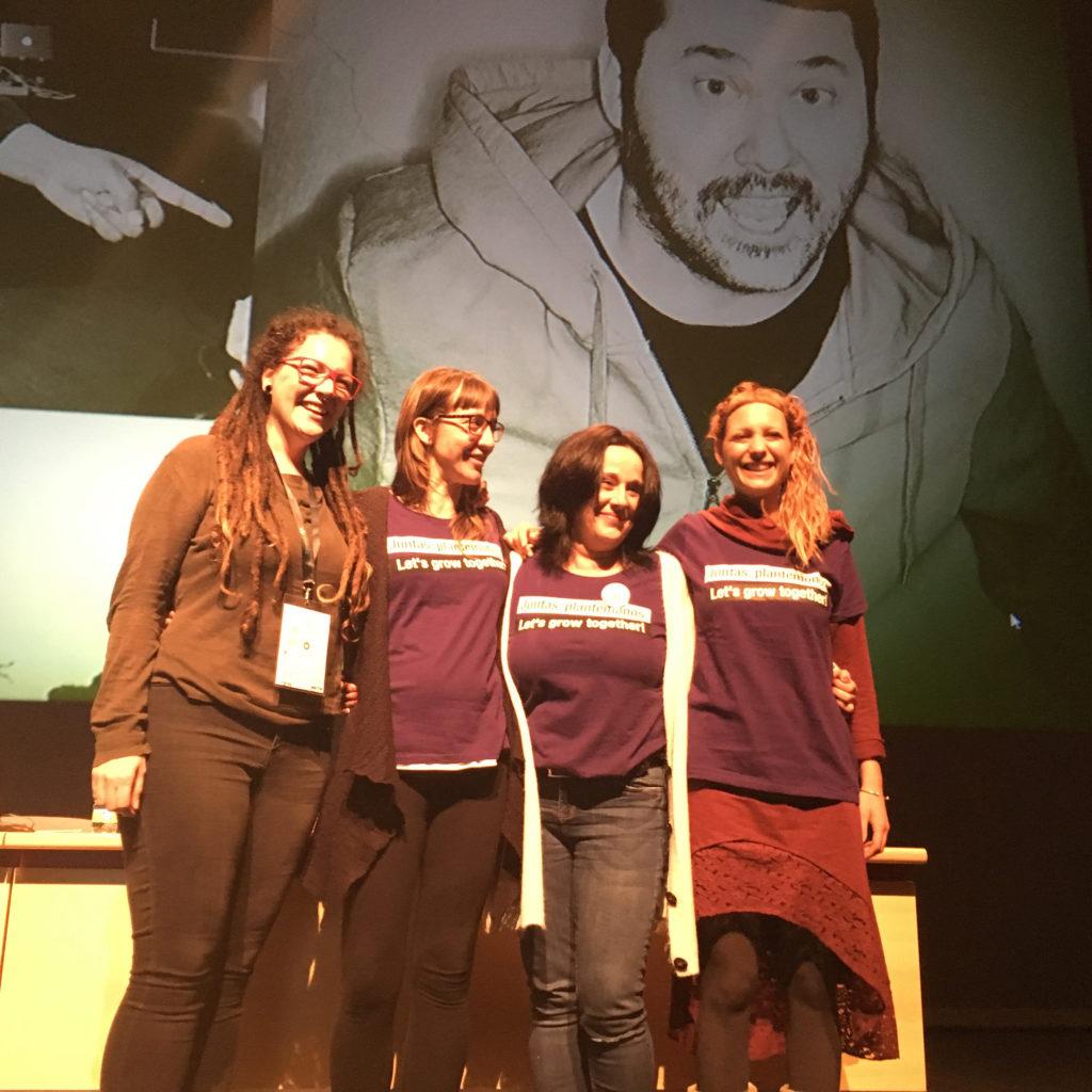 Foto van vier vrouwen die lachend op een toneel staan. Een van hen is de bekende cannabisactiviste Patty Amiguet.