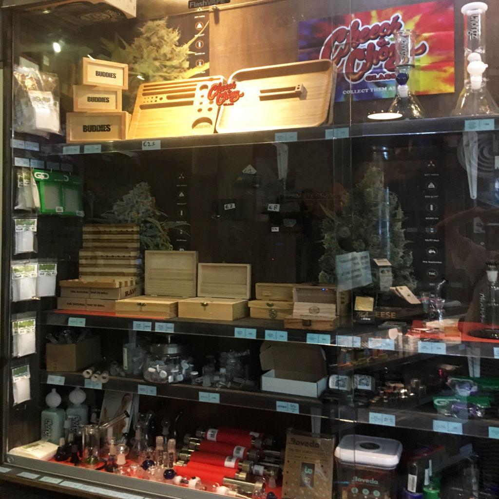 Foto mit Rauchparaphernalien, die sich hinter einer gläsernen Scheibe befinden.