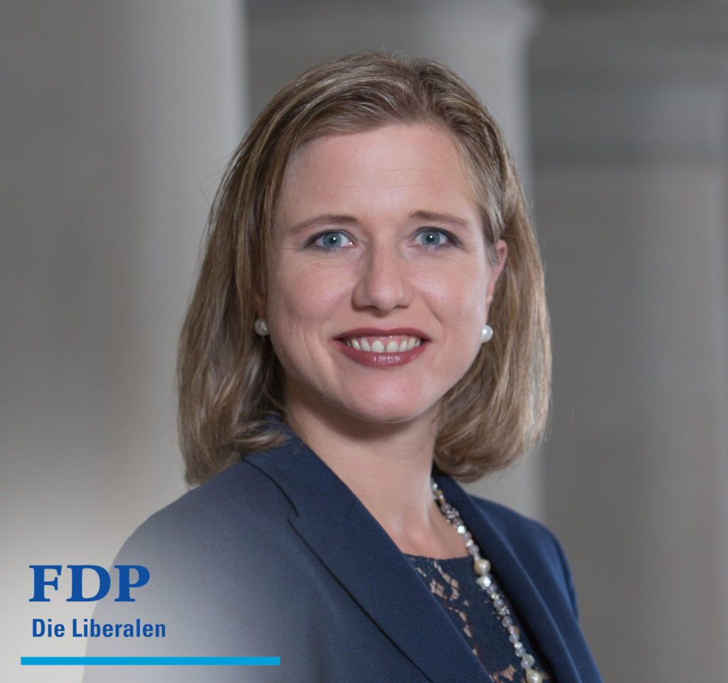 Een portret van de Zwitserse politica Christa Markwalder. Linksonder staat het logo van haar partij met de slogan FDP – Die Liberalen.