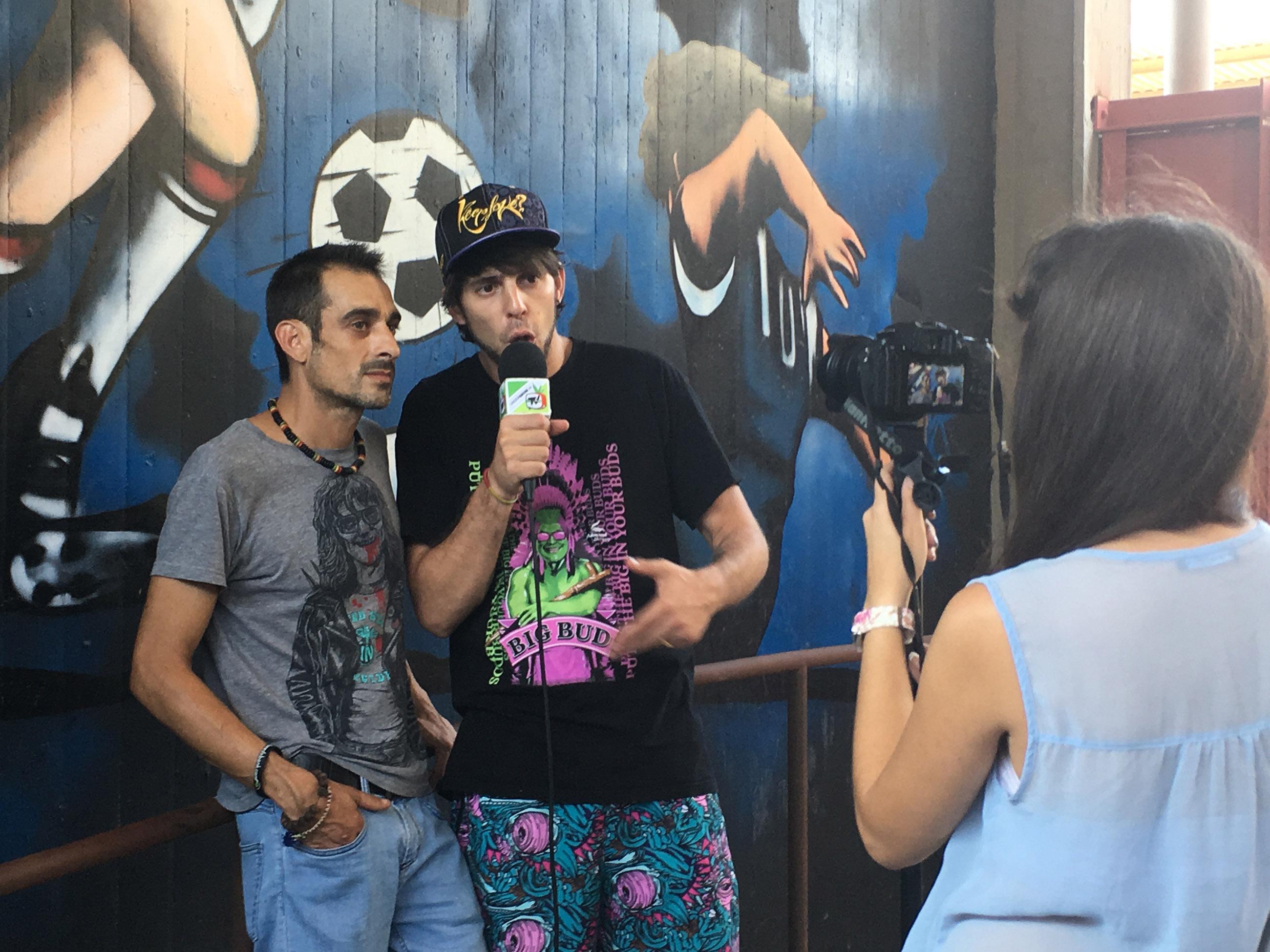 Fotografía de una entrevista entre el activista cannábico Dany Ramos y el entrevistador Maka, que tiene un canal de YouTube enfocado en el cannabis. Ambos miran en dirección a una mujer con una cámara en la mano.