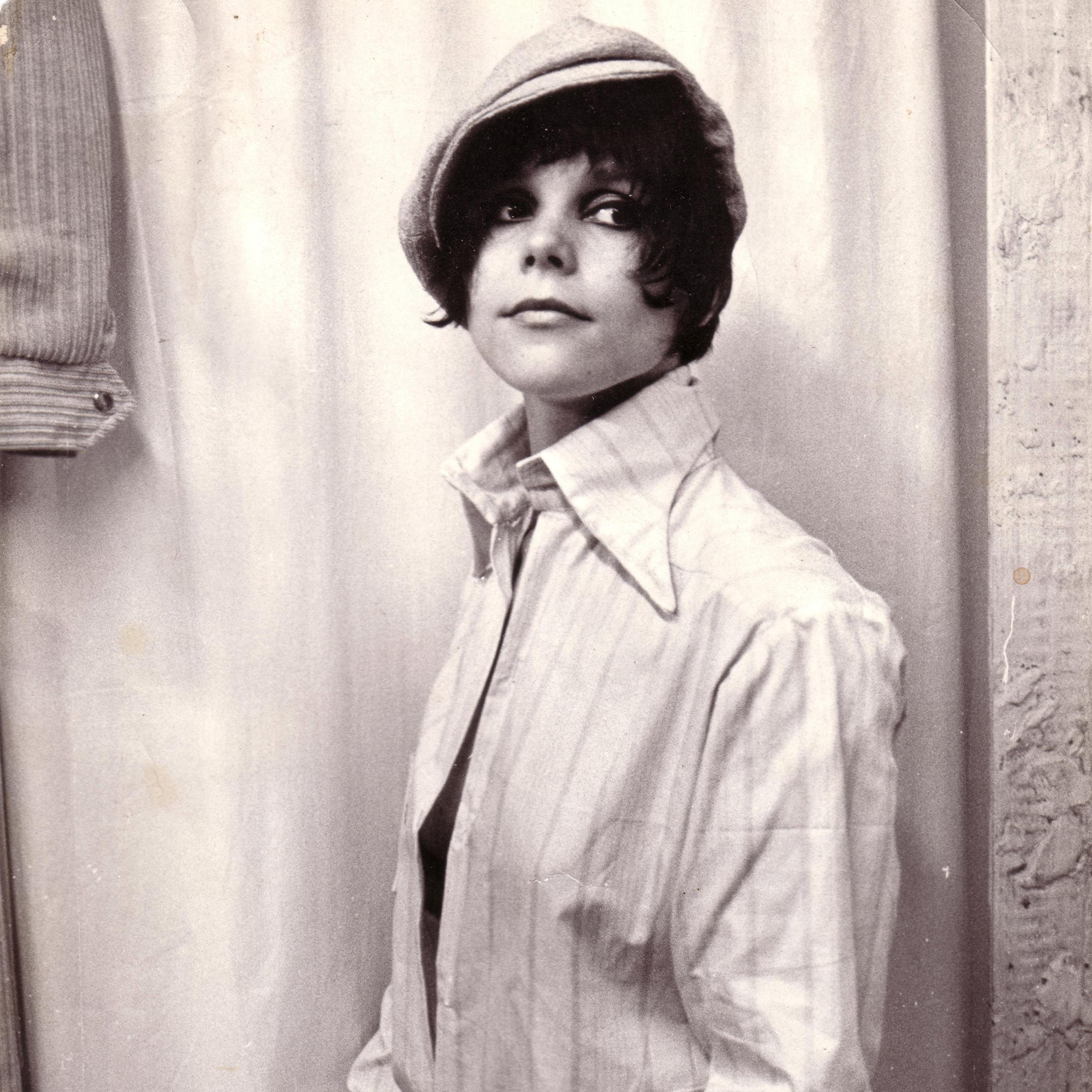 Foto van cannabislegende Mila Jansen genomen in 1967. Mila heeft kort haar, wat in die dagen modern was, en draagt een pet en een herenshirt.