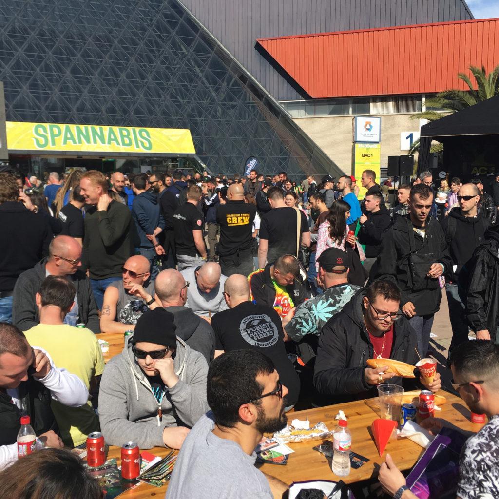 Foto van bezoekers van Spannabis, een beroemde cannabisbeurs in Barcelona. De meeste bezoekers zijn jonge, blanke mannen.