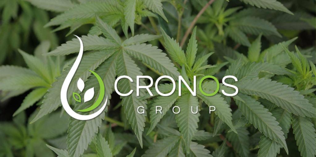 Logotipo de Cronos Group sobre un fondo de hojas verdes de cannabis.