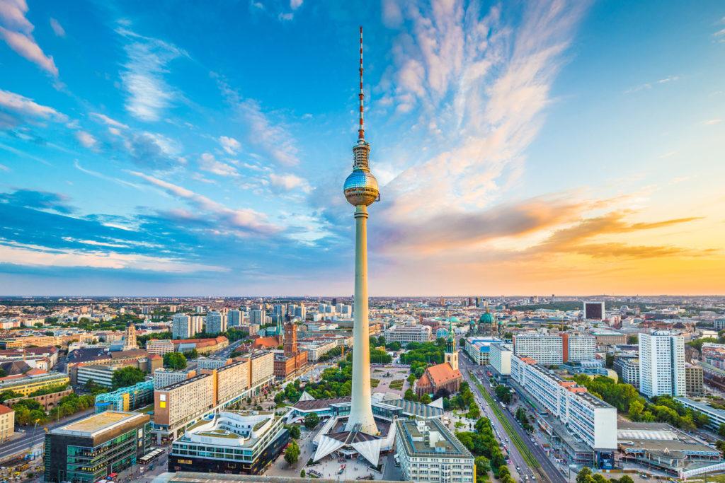 Photo de la tour de radiotélédiffusion érigée sur l'Alexanderplatz à Berlin.